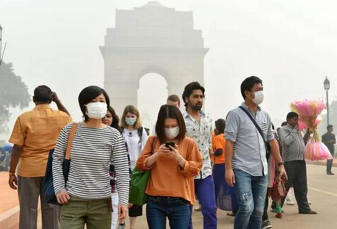 people with masks to protect from air pollution